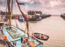 Os barcos e as cabanas de pesca em Whitstable abrigam, Kent, Reino Unido foto de stock