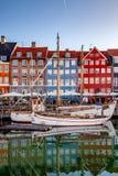 os barcos e as construções históricas bonitas refletiram na água calma, Copenhaga, Dinamarca Fotos de Stock Royalty Free
