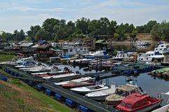 Os barcos e as jangada que sentam-se no dockside de Danube River abrigam foto de stock
