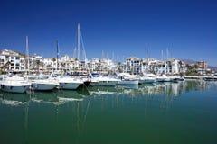 Os barcos e os iate amarraram na porta de Duquesa em Spain na costela de foto de stock royalty free