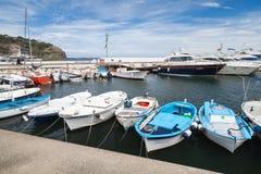 Os barcos e os iate de pesca amarraram no porto italiano Fotografia de Stock Royalty Free
