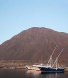 Os barcos e os iate estão no porto. Foto de Stock