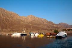 Os barcos e os iate estão no porto. Imagem de Stock Royalty Free