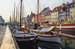 Os barcos e os navios em Nyhavn, Copenhaga imagem de stock royalty free