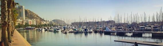 Os barcos estão na doca na margem Alicante Imagem de Stock Royalty Free