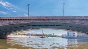 Os barcos flutuam no rio de Moskva após o Kremlin de Moscou e o outro hyperlapse famoso do timelapse dos lugares, Rússia vídeos de arquivo