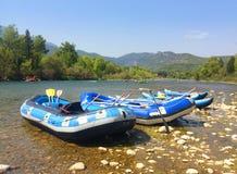 Os barcos infláveis transportam transportando ao longo de um rio da montanha em f Fotos de Stock