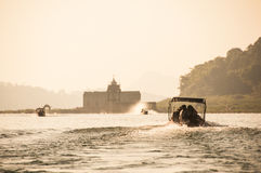 Os barcos a motor estão dirigindo ao templo situado na ilha Imagem de Stock