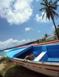 Os barcos na praia suportam a ilha de milho grande da baía da prisão militar, Nicarágua, Centr Fotografia de Stock