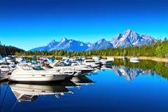 Os barcos no lago na nação grande de Teton estacionam Imagem de Stock