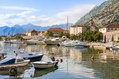Os barcos no mar no por do sol com montanhas e a cidade velha Imagens de Stock