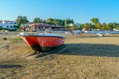 Os barcos no por do sol morno iluminam-se na praia do ` s do pescador em Portugal fotos de stock