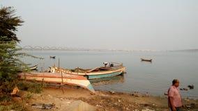 Os barcos no rio Godavari imagens de stock royalty free