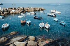 Os barcos no Riomaggiore latem no parque nacional Cinque Terre, Liguria, Itália fotografia de stock