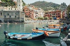 Os barcos no Vernazza latem no parque nacional Cinque Terre, Liguria, Itália imagens de stock