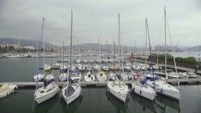 Os barcos privados amarraram na doca do yacht club, mau tempo para navegar no mar aberto filme