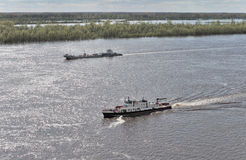 Os barcos que flutuam no rio Imagem de Stock Royalty Free