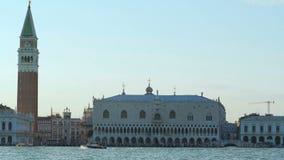 Os barcos que navegam perto do palácio dos doges e do San Marco esquadram em Veneza, Grand Canal filme