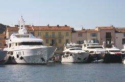 Os barcos são mais grandes do que casas! Foto de Stock Royalty Free