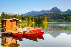 Os barcos sonhadores estão perto da ponte de madeira Imagem de Stock Royalty Free