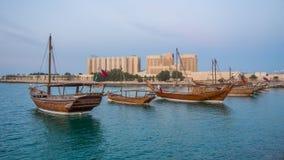 Os barcos tradicionais chamados Dhows são ancorados no porto Fotos de Stock