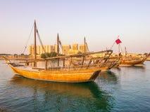 Os barcos tradicionais chamados Dhows são ancorados no porto Imagem de Stock Royalty Free