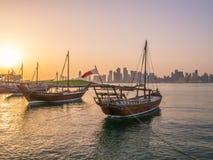 Os barcos tradicionais chamados Dhows são ancorados no porto Fotografia de Stock Royalty Free