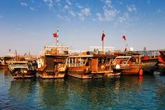 Os barcos tradicionais chamaram Dhows na baía ocidental Doha, Catar fotografia de stock