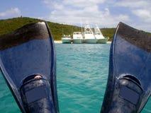 Os barcos vêem entre aletas Fotos de Stock Royalty Free