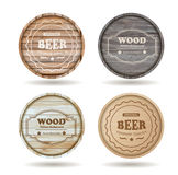 Os barris de madeira do vetor com álcool bebem emblemas ilustração do vetor