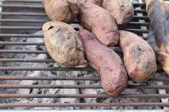 Os batatas doces queimam-se, batata doce na grade do fogão Imagens de Stock Royalty Free