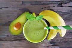 Os batidos do suco e do abacate da banana e o suco verde bebem o gosto saud?vel, delicioso em um vidro para a perda de peso no fu foto de stock