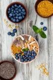 Os batidos dos superfoods do café da manhã de Acai rolam coberto com chia, sementes do linho e de abóbora, pólen da abelha, grano Imagem de Stock