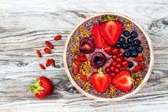 Os batidos dos superfoods do café da manhã de Acai rolam com sementes do chia, pólen da abelha, coberturas da baga do goji e mant Imagens de Stock