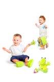 Os bebês jogam com brinquedos Fotografia de Stock