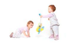 Os bebês jogam com brinquedos Fotos de Stock Royalty Free