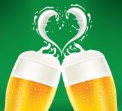 Os beerglass frios com espuma gostam do coração Foto de Stock Royalty Free