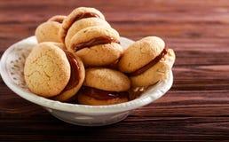Os beijos das mulheres - biscoitos do sanduíche da amêndoa imagem de stock