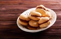Os beijos das mulheres - biscoitos do sanduíche da amêndoa fotos de stock royalty free