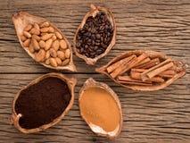 Os benefícios de beber o cacau e a aromaterapia quentes do cacau, canela, café para o rafrescamento da manhã, arranjaram tão perf Fotografia de Stock Royalty Free