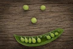 Os benefícios de saúde dos vegetais enlatam considerado de seu sorriso, comendo V Fotos de Stock Royalty Free