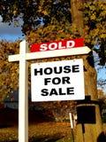 Os bens imobiliários venderam o sinal Fotografia de Stock Royalty Free