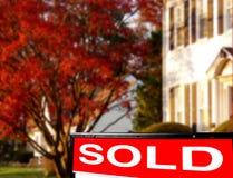 Os bens imobiliários venderam o sinal & a casa Imagem de Stock Royalty Free