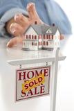Os bens imobiliários vendidos assinam dentro a parte dianteira, alcangando para a casa Imagem de Stock