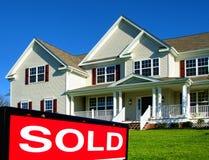 Os bens imobiliários venderam o sinal e a casa para a venda Imagens de Stock