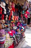 Os bens nepaleses tradicionais dos artesanatos da venda da loja Fotografia de Stock Royalty Free