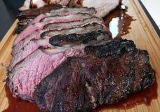 Os bifes de traseiro e a barriga de carne de porco cozinharam na marinada do BBQ do mel em uma grade imagens de stock