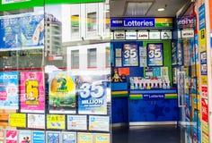 Os bilhetes de loto de Novo Gales do Sul vendem na loja do vendedor de jornais na baixa de Sydney imagem de stock