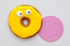Os biscoitos amarelos no esmalte e em um copo estão fotos de stock