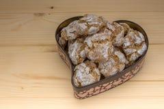 Os biscoitos caseiros da amêndoa na lata formam do coração Fotografia de Stock Royalty Free